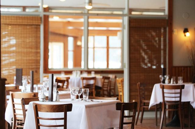 Bord i en restaurang med vit duk