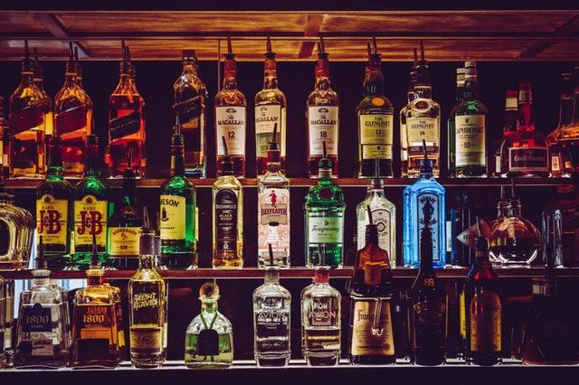 Spritflaskor på barhylla