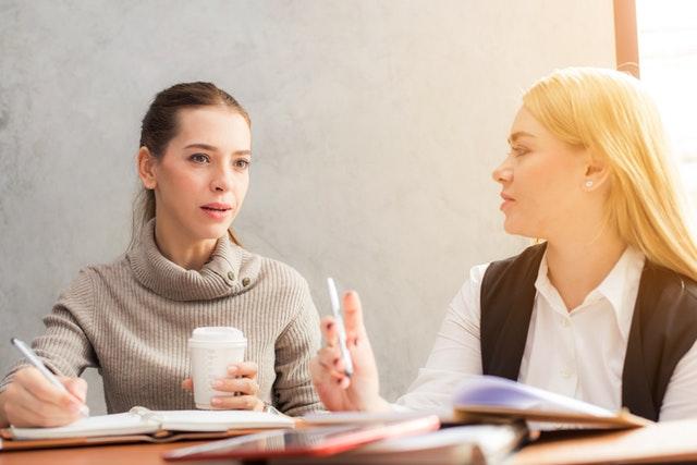 Två kvinnor samtalar med varandra