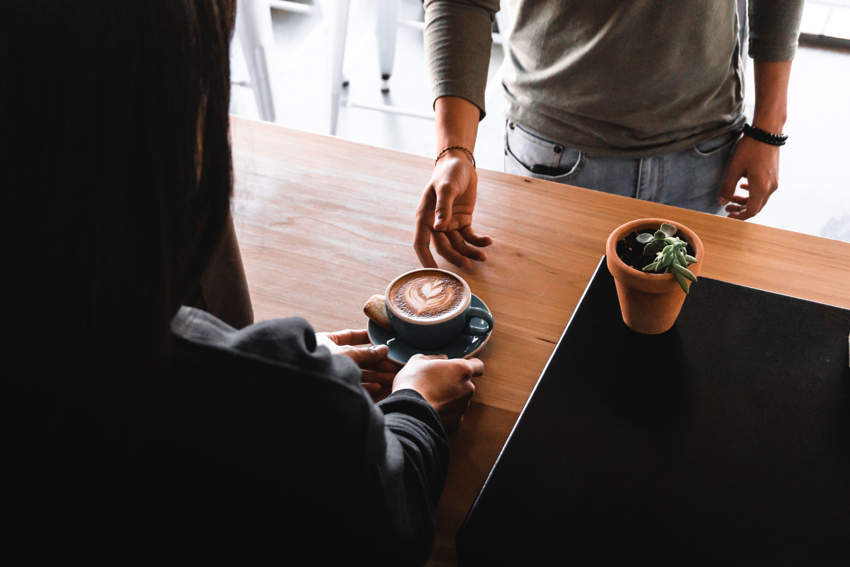 Person serverar kaffe till kund