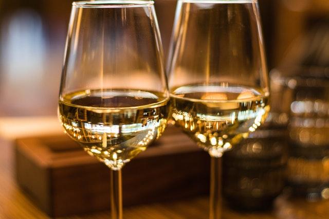 Två glas med vitt vin i närbild