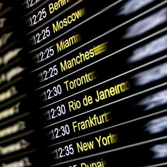 Bild på tidtabell för olika destinationer av städer.